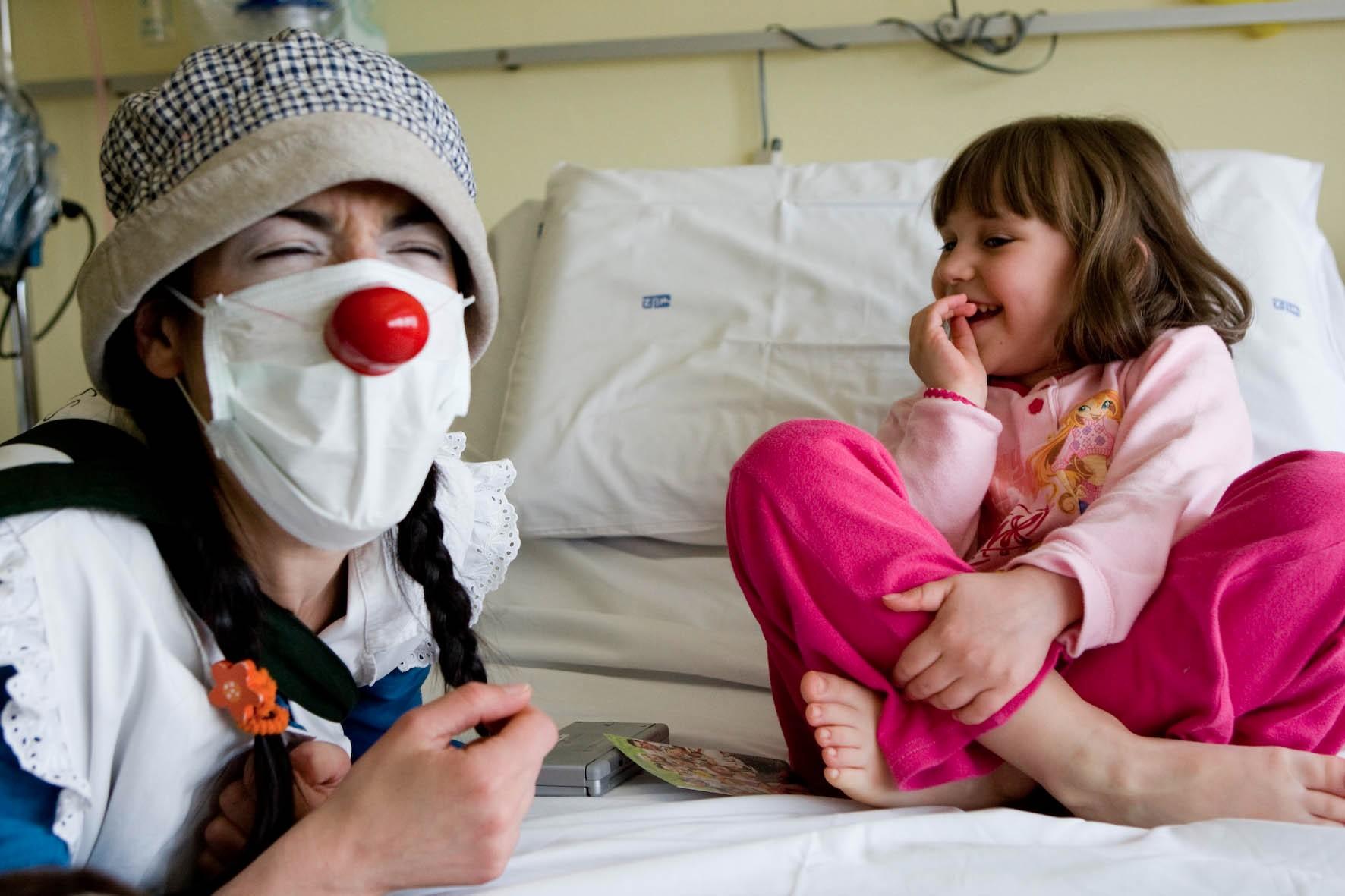 Regala un sorriso ai bambini in ospedale.