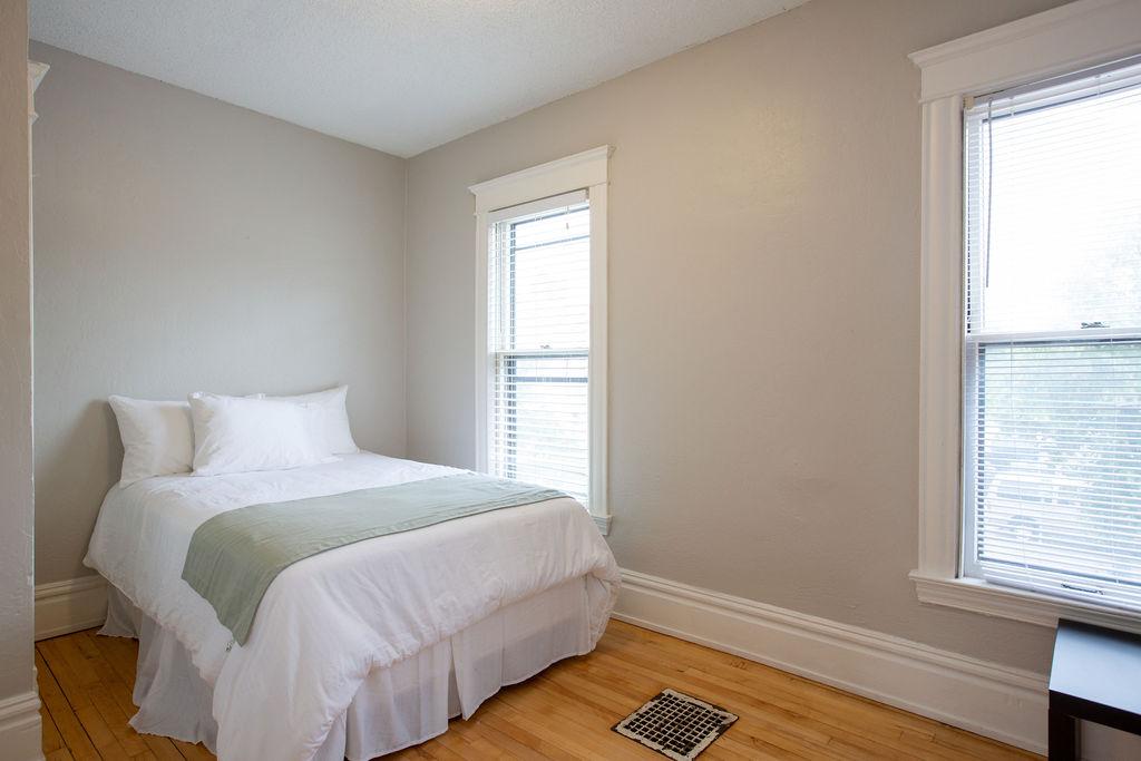 Apartment Citylife Parking Couples Sleeps 8 1 5ba Eatstreet  photo 23898440